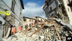 24일 이탈리아 중부 아마트리체에서 규모 6.2의 강력한 지진이 발생했다. 구조요원들이 부상자를 들것으로 옮기고 있다.