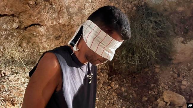 پولیس کی طرف سے جاری کی جانے والی تصویروں میں زبیدی کو زنجیروں میں جکڑا دیکھا جا سکتا ہے۔
