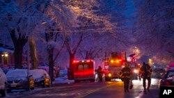 Bomberos frente a la casa incendiada en la que fallecieron siete niños de una misma familia de Brooklyn, Nueva York.