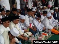 Ratusan ribu umat Islam menggelar unjuk rasa di kawasan Monumen Nasional, Jakarta, Minggu (17/12). Mereka berdemonstrasi untuk menolak pengakuan sepihak yang dilakukan Presiden Amerika Serikat Donald Trump terhadap Yerusalem sebagai ibu kota Israel.