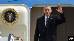 美国总统奥巴马在德国走出总统专机(2016年4月24日)