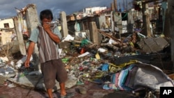 Yakson bo'lgan mahallalarda jasadlarning hidi keladi, Takloban shahri, 16-noyabr, 2013
