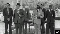 Samora Machel, após a assinatura do Acordo de Incomatí, ladeado por Joaquim Chissano e pelo presidente sul-africano Pieter Botha