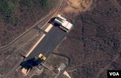 북한 동창리 서해미사일 발사장의 위성사진(구글어스/CNES 에어버스 제공). 사진 위쪽 붉은 원 안의 건물이 미사일 조립건물로 추정된다.