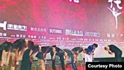 中國知名導演馮小剛在《芳華》上海首映式上帶領劇組鞠躬致歉。 (蘋果日報圖片)