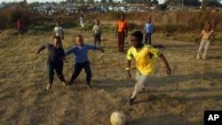 """Sepak bola dikenal di seluruh dunia. Orang main sepak bola di mana-mana dan mereka senang bermain sepak bola. Sepak bola menyatukan masyarakat,"" ujar Stahl dan Mitchell yang memprakarsai sepak bola di Niger, Afrika Barat (foto: dok)."