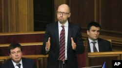 Thủ tướng Ukraine Arseniy Yatsenyuk (giữa) phản ứng sau khi thoát được cuộc bỏ phiếu bất tín nhiệm hôm thứ Ba, ngày 16/2/2016.