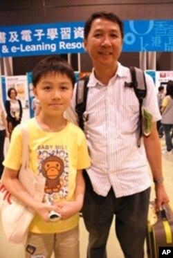 張同學(左)與父親一起參觀電子書展區