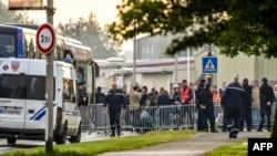 La police évacue des migrants kurdes d'Irak installés près d'un gymnase, pour les centres d'accueil des migrants, à Grande-Synthe, dans le nord de la France, 24 mai 2018.