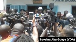 Le ministre des Finances, tête de liste de la coalition présidentielle dans le département de Dakar, vote aux Parcelles Assainies (banlieue de Dakar), le 30 juillet 2017. (VOA/Seydina Aba Gueye)