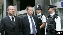 """Klajv Gudman, drugi s leva, glavni urednik britanskog tabloida """"Svetske vesti"""" ispred sudnice u Londonu, 16. avgust 2011."""