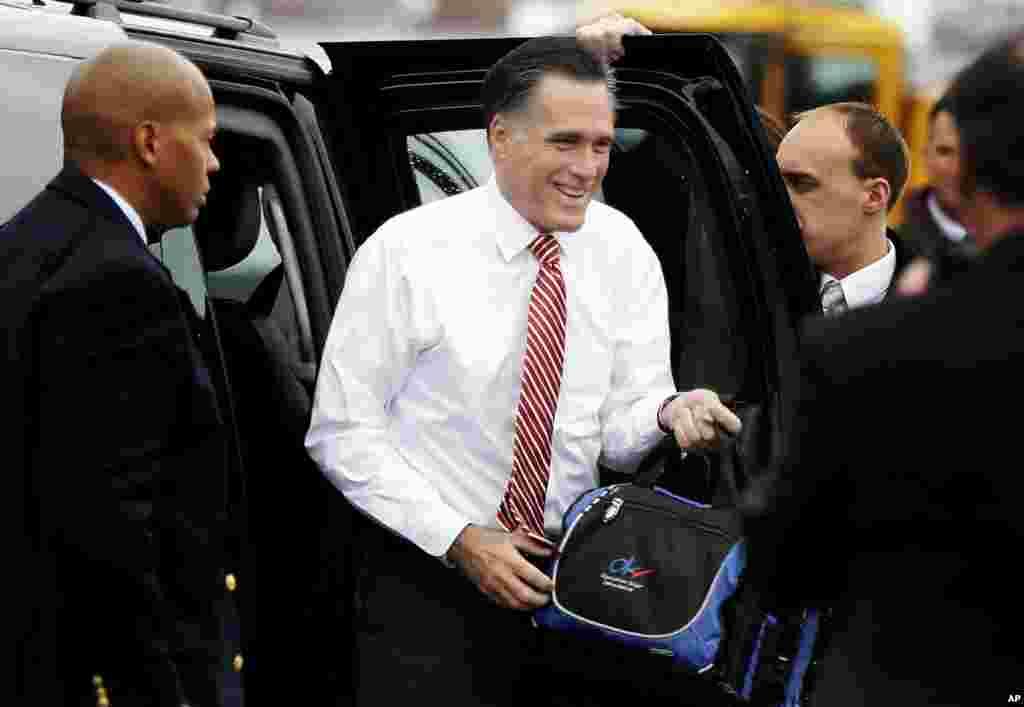 Le candidat républicain Mitt Romney s'apprêtant à emprunter son avion de campagne à Toledo, dans l'Ohio