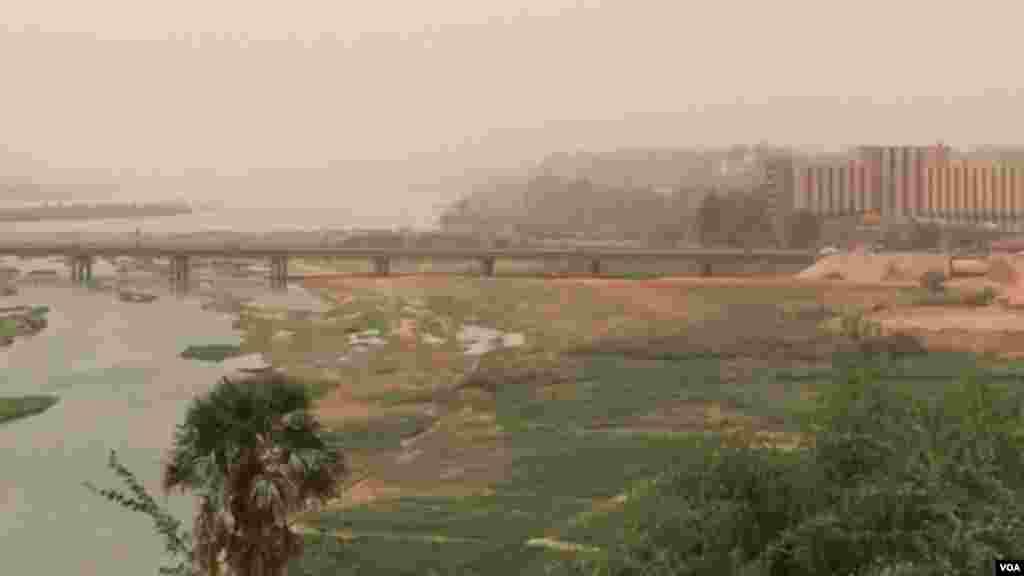 Un Pont sur le fleuve Niger, à Niamey