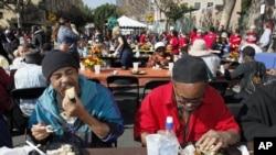 Des sans-abris de Los Angeles, en Californie, dégustant un repas nutritif
