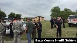 Les policiers du Comte de Bexar sur les lieux de la fusillade, Lackland, Texas, 8 avril 2016