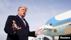 """特朗普總統在乘坐""""空軍一號""""專機飛往加州之前在安德魯斯聯合基地回答媒體提問。 (2020年2月18日)"""