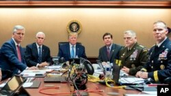 TT Trump, Cố Vấn An ninh O'Brien, Phó TT Pence, BTQP Esper, và một số tướng lãnh theo dõi cuộc càn quét của biệt kích Mỹ nhắm vào thủ lãnh ISIS hôm 26/10/2019, Ảnh chụp tại Tòa Bạch Ốc. (Shealah Craighead/The White House via AP)