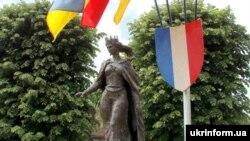 Пам'ятник королеві Франції Анні Ярославні в Санлісі, Франція, архівне фото