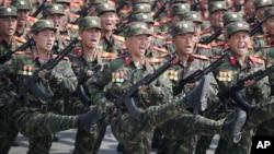 Pasukan Korea Utara melakukan parade di lapangan Kim Il Sung pada peringatan HUT ke-105 Bapak Pendiri Korut di Pyongyang, 15 April lalu (foto: dok).