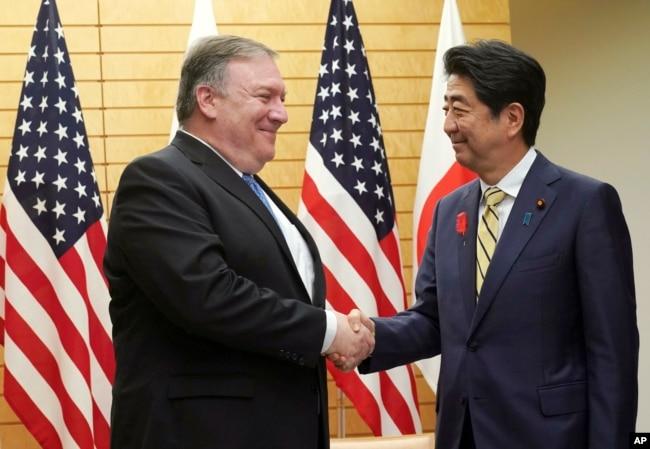 El secretario de Estado de EE.UU., Mike Pompeo (izq.) se saluda con el primer ministro japonés Shinzo Abe, antes de reunirse en Tokio, el sábado 6 de octubre de 2018.
