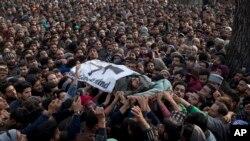 ہفتے کو جھڑپ میں مارے جانے والے مبینہ عسکریت پسندوں کی تدفین میں ہزاروں افراد شریک ہوئے۔