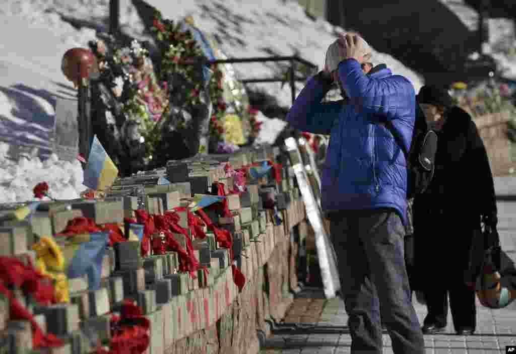 مردی به تصاویر قربانیان تظاهرات میدان «میدان» که نزدیک به یک سال پیش اتفاق افتاد، از ۲۰ تا ۲۲ فوريه، نگاه میکند. اين عکسها بهعنوان بزرگداشت قربانيان در کییف، اوکراین، 2015بخ نمايش درآمد - ۲۸ بهمن ماه ۱۳۹۳ (۱۷ فوريه ۲۰۱۵)