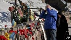 烏克蘭民眾在基輔廣場悼念一年前的遇難者