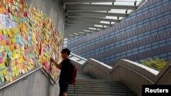 Học sinh viết thông điệp ủng hộ các cuộc biểu tình đòi dân chủ và dán lên một bức tường ở Hồng Kông.