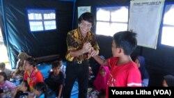 "Ketua LPAI, Seto Mulyadi ketika melakukan kegiatan ""trauma healing"" bagi anak-anak penyintas bencana (foto: dok)."