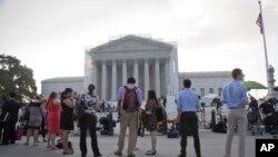 2013年6月24日一些人在美国最高法院门前等待宣布法院裁决,有的裁决涉及到美国平权法案