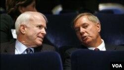 ສະມາຊິກສະພາສູງ John McCain ແລະ Linsay Graham ຢູ່ໃນກຸງໄຄໂຣ ໂດຍການຂໍຮ້ອງຂອງປະທານາທິບໍດີ ສະຫະລັດ ທ່ານ Barack Obama