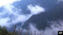 Một phần Rừng quốc gia Hoàng Liên nhìn từ tuyến đường leo núi từ Trạm Tôn lên đỉnh Fansipan. Vườn Quốc gia Hoàng Liên là nơi được Ban Thư ký ASEAN công nhận là địa điểm di sản vào năm 2006