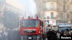 Polisi Mesir menembakkan meriam air ke arah para demonstran di pusat kota Kairo hari Selasa (26/11).
