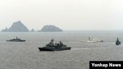 독도 인근 해상에서 방어훈련을 실시하고 있는 한국 해군 함정들. (자료사진)