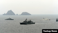 24일 독도 인근 해상에서 한국 해군 함정들이 독도 방어훈련을 실시하고 있다. (자료사진)