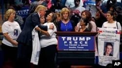 """Trump se abrazó con las madres del """"Proyecto Recuerdo"""", que han perdido hijos en actos violentos realizados por inmigrantes indocumentados."""