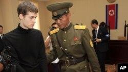 북한은 미국인 억류자 3명 중 1명인 토드 밀러에서 6년의 노동교화형을 선고했다며, 재판 장면을 공개했다.