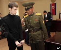 Matthew Miller bị còng tay tại phiên xử tại Tòa án Tối cao ở Bình Nhưỡng, 14/9/2014