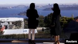 华人经纪人和潜在的中国买主在悉尼郊区看房子(2015年11 月)