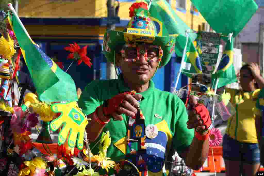 A street vendor sells everything from Brazilian flags to green and yellow cowboy hats, in São Paulo, June 13, 2014. (Gesell Tobias/VOA)