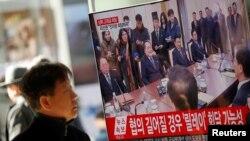 جنوبی کوریا کا ایک شہری دونوں ملکوں کے وفود کے درمیان ہونے والی ملاقات کی خبر ٹی وی پر دیکھ رہا ہے