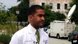 Dr. Jay Varkey, spesialis penyakit menular di Emory Healthcare, berbicara pada wartawan, Sabtu, 2 Agustus 2014 di Atlanta. Varkey bagian tim dokter yang akan merawat warga AS yang tertular virus Ebola.