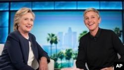 Kandidat presiden dari Partai Demokrat Hillary Clinton dan Ellen Degeneres duduk bersama selama jeda iklan di rekaman The Ellen Show di Burbank, Kamis, 13 Oktober 2016. (Foto: AP/Andrew Harnik)