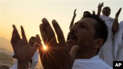 Musulmi su na addu'a a lokacin hawan Arafat