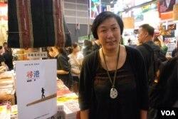香港書展參展商、上書局出版社總編輯鄺穎萱表示,很多台灣的學生讀者都很關心香港的佔領中環運動(美國之音湯惠芸)
