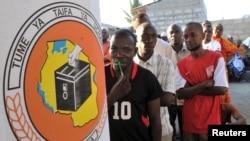 Eleitores tanzanianos esperam a sua vez em Dar es Salaam