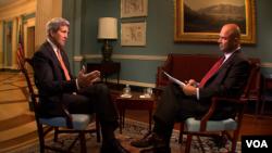 10月10日,美國國務卿克里(左)接受美國之音專訪