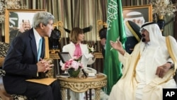 Ngoại trưởng John Kerry, trái, và Quốc vương Ả Rập Saudi Abdullah