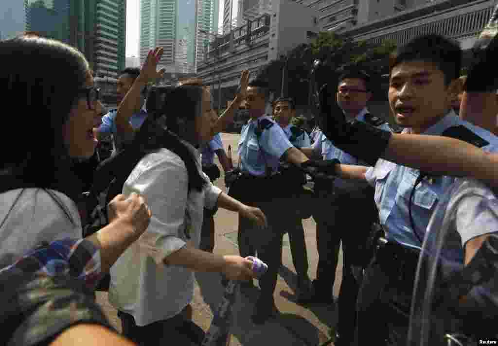 ہانگ کانگ میں پولیس اور جمہوریت کے حامی مظاہرین کے درمیان تصادم میں متعدد مظاہرین کو گرفتار کیا گیا۔