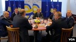 Evropski komesar Johanes Han sa političkim liderima na Kosovu